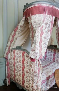 Chambre de sa grand-mère, puis de toute la famille (Room of her grandmother) Cottage Chic, George Sand, Greige, Berries, Shabby Chic, Blanket, Pink, Manor Houses, Home