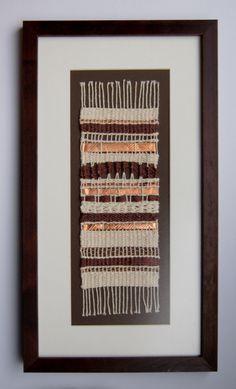 Telar mural con aplicaciones de cobre Weaving Art, Tapestry Weaving, Loom Weaving, Wine Barrel Table, Craft Show Displays, Framed Fabric, Frame Display, Display Ideas, Woven Wall Hanging