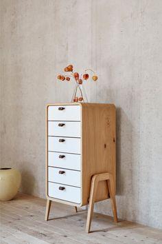 Eiche-Vollholz auf feinen Beinen – funktional und formschön. Unverkennbar skandinavisches Design mit charmanten Retro-Anleihen aus den 70er Jahren.