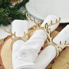 Unsere hölzerne Rentiere Serviettenringe sind die perfekte Ergänzung zu jedem Tisch dieses Weihnachten und können mit Ihrem Namen oder Familiennamen personalisiert werden.  Eine wunderbare Erbstück zu bringen, jedes Jahr zu Weihnachten, unsere Serviette können Ringe auch sein verwendet ein Tischkarten - ein schönes Stück für jede traditionelle oder natürliche Weihnachten-Einstellung.  Kommt in natürlichen Baumwolle Kordelzugbeutel.  Entworfen und gedruckt von Ellie Ellie in Hove.  Laser…