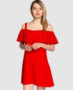 Vestido corto en color rojo. Tiene tirante ancho, adorno de volante y forro a tono.