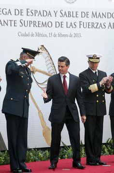 Enrique Peña Nieto saludando de mano a un General