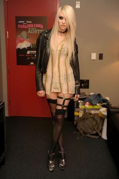 Taylor Momsen, The Pretty Reckless Taylor Momsen Style, Taylor Michel Momsen, Taylor Momson, Women Of Rock, Metal T Shirts, Gothic Girls, Sensual, Belle Photo, Sexy Legs
