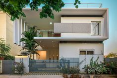 Image 4 of 26 from gallery of Tree Hugger / architects. Photograph by Gokul Rao Kadam Duplex House Design, House Front Design, Modern Exterior House Designs, Modern House Design, Kerala Architecture, India House, Kerala House Design, Kerala Houses, Narrow House