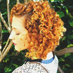 """Bom dia, meus amores! Pô, ainda não lhes mostrei meu novo corte de cabelo, né? Bom, aqui está ^^ Cortei apenas a parte de trás, em camadas, para doar volume ;) >>> Finalização com o """"novo"""" B'leave-in Deva Curl. Tem resenha no blog, corre lá! - Link na bio Short Curly Hair, Curly Girl, Curly Hair Styles, Leave In, Deva Curl, Love Hair, Natural, Hair Inspiration, Hair Beauty"""