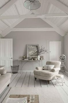 MOOI SFEERTJE  Door de achterwand een tint te geven wordt het geheel niet te wit. Kleur achterwand FRENCH LINEN van painting the past...