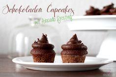 herrlich saftige, schokoladen cupcakes ohne industriezucker mit einem köstlichen frosting aus schokolade und avocado.