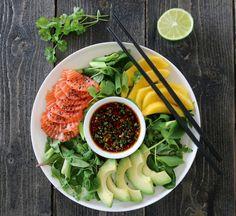 Sashimi av laks er noe av det beste jeg får, og serverer den gjerne i en salat, slik at den metter litt mer. Dette er kjapp og god sommermat!