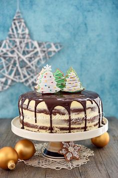 Lebkuchen-Torte Christmas gingerbread cake, which is filled with chocolate plum jam and butter pudding cream and coated with chocolate icing and decorated with gingerbread …. Baking Recipes, Cookie Recipes, Dessert Recipes, Homemade Frappuccino, Spice Bread, Spice Cake, Naked Cakes, Plum Jam, Gingerbread Cake