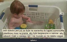 Bezpieczna kąpiel - Jeśli dziecko jest już za duże na wanienkę do kąpieli wykorzystaj plastikowy kosz na pranie, aby było bezpieczne w wannie i aby zabawki miało w zasięgu ręki i nie musiało po nie daleko sięgać.