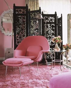 Amazing textured pink rug..Black screen glams things uo♥♥♥.