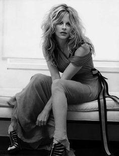 """""""Que eu não me especialize em desculpas que me desviem dos meus prazeres. Que eu consiga derreter as grades de cera que me afastam da minha vontade. Que a cada manhã, ao acordar, eu desperte um pouco mais para o que verdadeiramente me interessa.""""  (Ana Jácomo)"""