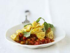 Gefüllte Nudeltaschen auf Paprikagemüse ist ein Rezept mit frischen Zutaten aus der Kategorie Pasta. Probieren Sie dieses und weitere Rezepte von EAT SMARTER!