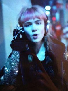 Grimes, es bizarra y su música tan rara que no puede no gustarme, sus cejas son lo que más me gustan