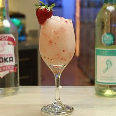 Wine Cocktails, Cocktail Drinks, Fun Drinks, Cocktail Recipes, Beverages, Strawberry Cocktails, Strawberry Wine, Bartender Recipes, Tipsy Bartender