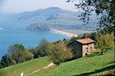Près de Zumaia, au Pays Basque. Ancienne grange en pierre entre mer, vigne et montagne.