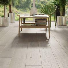 Gulv med børstet overflate og en grå farge. Den grå fargen har varme og brune undertoner. Den delikate fargen gir et lyst innemiljø og en god romfølelse. Den børstede overflaten gir et fint treuutrykk og gjør at gulvet er robust mot hakk og riper. Furniture, Home Decor, Lily, Homemade Home Decor, Home Furnishings, Interior Design, Home Interiors, Decoration Home, Home Decoration