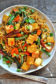 A healthy and quick meal, this vegan garlic sriracha tofu yakisoba is flavorful, a little spicy, super easy and amazingly delicious!