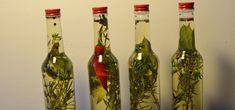 Kräuteröl sorgt für ein würziges Aroma im Essen und lässt sich leicht selber machen. Wir zeigen dir ein leckeres Rezept mit Knoblauch und Rosmarin, das du auch leicht mit anderen Kräutern variieren kannst. Kefir Benefits, Kefir Recipes, Diy Food Gifts, Water Kefir, Medicinal Herbs, Kraut, Smoothie Recipes, Asparagus, Most Beautiful Pictures