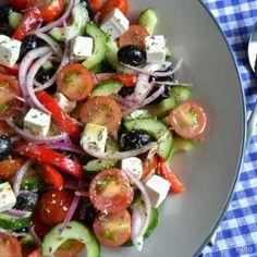 Græsk bondesalat med feta og oliven... - Madenimitliv Raw Food Recipes, Soup Recipes, Healthy Recipes, Cooking Recipes, Feta, Waldorf Salat, Prepped Lunches, Soul Food, Food Inspiration