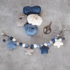 Crochet stroller chain with stars 1 Crochet Bookmark Pattern, Crochet Bookmarks, Baby Patterns, Knitting Patterns, Crochet Patterns, Crochet Crafts, Crochet Projects, Baby Staff, Crochet Dinosaur
