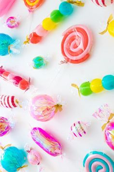 This photo booth backdrop is every little (and big) kid's dream. It uses bright and colorful wrapped candies that are made out of balloons! Find out how to make a sugar-filled dream world that would m