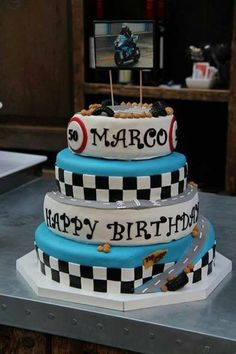 Motor thema taart met een stijgende helling naar de top.  Motor themed cake and the only way is up!