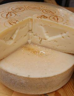 """FORMA DI FRANT P.A.T. Formaggio grasso, di breve stagionatura, a pasta semidura. Primordiale formaggio da """"riciclo"""". Veniva prodotto recuperando formaggi Latteria non consumati o difettati. Oggi è un formaggio di pregio. Ha un'intensità aromatica elevata e una sensazione di piccantezza."""
