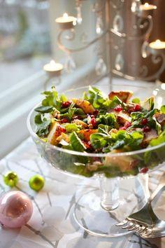 Granaattiomena-juustosalaatti joulupöytään Vegetarian Salad Recipes, Salad Recipes For Dinner, Spinach Recipes, Healthy Salad Recipes, Quinoa, Pesco Vegetarian, Food Inspiration, Kale, Food And Drink