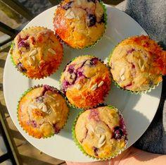 Hoe maak je lekkere en gezonde havermoutmuffins? Hier vind je een eenvoudig recept om binnen een half uur overheerlijke havermoutmuffins op de ontbijt tafel te zetten. Half, Om, Muffin, Breakfast, Morning Coffee, Muffins, Cupcakes