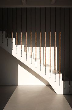 Interior stairs in the afternoon ROCKSPLIT house by COMETA ARCHITECTS. Rope Railing, Staircase Railings, Glass Railing, Banisters, Modern Staircase, Stairways, Showroom Interior Design, Interior Stairs, Luxury Interior