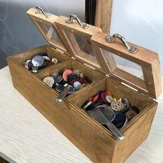 細かい物をお店屋さん風に飾りたくてこのアイデアを思いつきました。良かったら参考にしてみてください。 Box Shelves, Shelf, Small Case, Daiso, Shoe Rack, Thrifting, Diy And Crafts, Woodworking, Wine