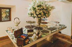 Decoração criada por Roberto Prallon. O casamento de Renata e Daniel foi publicado no Euamocasamento.com. As fotos são de Leandro Joras. #euamocasamento #NoivasRio #Casabemcomvocê