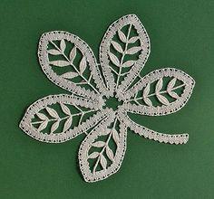 Crochet ideas that you'll love Irish Crochet Patterns, Bobbin Lace Patterns, Crochet Designs, Crochet Leaves, Crochet Flowers, Bruges Lace, Romanian Lace, Lacemaking, Lace Heart