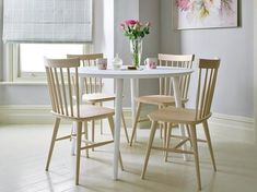 Mesa blanca y madera clara Farmhouse Dining Room Table, Dining Table Design, Dinning Table, Table And Chairs, Dining Chairs, Wooden Chairs, Restaurant Tables, Trendy Home, Sweet Home