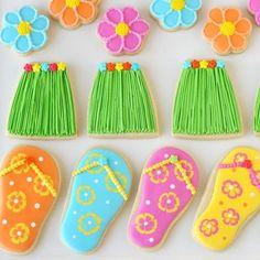 I guess summer must end eventually, and for me, it's ending today. I may have gone a teeny bit overboard on Luau treats… but you'll be set with ideas for next summer! Today I'm concluding my Luau treats parade with two simple, yet cute designs… grass skirt cookies and flip flop cookies. I've made flip flops …