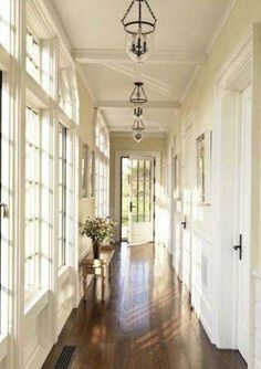 Adorable A bright hallway with windows all the way down! The post A bright hallway with windows all the way down!… appeared first on Post Decor . Hallway Inspiration, Decoration Inspiration, Decor Ideas, Style At Home, Bright Hallway, Long Hallway, White Hallway, White Walls, Home Modern