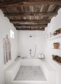 En el cuarto de baño, el tono rústico se acentúa con los muebles de... Home Deco, Cement Bathroom, Concrete Shower, Open Bathroom, Bathroom Rugs, Luxury Master Bathrooms, Dream Bathrooms, Beautiful Bathrooms, Luxurious Bathrooms