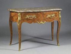 - Antiguos muebles franceses en estilo Luis XV.