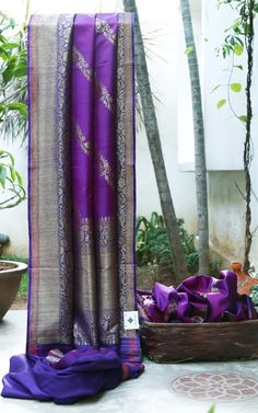 GLOWING VIOLET AND PINK HAS INTRICATELY WOVEN GOLD ZARI BUTTAS. THE VIOLET WITH ORANGE GOLD ZARI BORDER AND PLLU GIVES THE SAREE ROYAL FINISH.