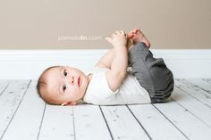 month old baby photography poses 6 Month Photography, Baby Photography Poses, Toddler Photography, 6 Month Baby Picture Ideas Boy, Baby Boy Pictures, Kind Photo, Baby Monat Für Monat, Baby Shooting, 4 Month Old Baby
