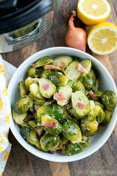 Rezept: Rosenkohl mit Speck und Koriander Recipe: Brussels sprouts with bacon and coriander Sprout Recipes, Vegetable Recipes, Bitter Greens, Sprouts With Bacon, Roasted Sprouts, Dieta Detox, C'est Bon, Thanksgiving Recipes, Thanksgiving Sides