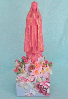 imagem de santo em pedestal com aplicações de flor