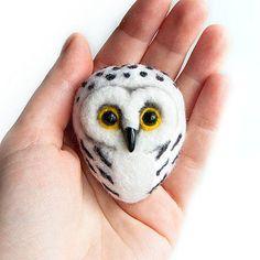 Chouette - bijoux en feutre blanc hibou - chouette main feutré broche - laine Animal - neige - chouette - oiseaux bijoux - broche de bois oiseaux - oiseau broche