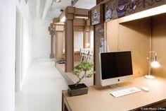Un espace bureau réalisé avec du carton. Une création de Alrik Koudenburg et son ancien camarade de classe de l'Académie du Design, Joost van Bleiswijk, de l'agence Nothing.