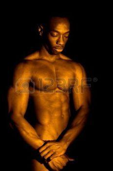 homme nu: L'image du bodybuilder Comceptual dans le bain d'or ou d'or.
