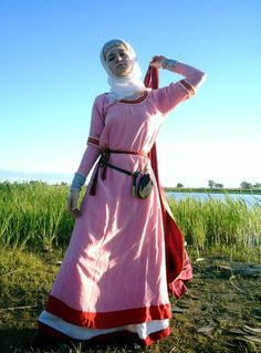 Medieval costume of a Russian woman from the city of Novgorod. Fashion of the 12th – 13th century. Modern replica according to archaeological data. #medieval #Russia #history