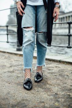 So einfach geht's: Netzstrumpfhose mit Jeans kombinieren - So kannst du deine Netzstrumpfhose mit Jeans kombinieren INKL. Chechliste im Überblick: Styling-Regeln, Kombinationsideen und vieles mehr! Glamour, Fishnet Tights, Trends, Gucci, Distressed Denim, What To Wear, Style Inspiration, Trending Outfits, Luxury