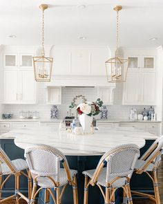Small American kitchen: 60 projects to inspire - Home Fashion Trend Gold Kitchen, Home Decor Kitchen, French Bistro Kitchen, Kitchen Ideas, Kitchen Counter Inspiration, Kitchen Country, White Kitchen Decor, Family Kitchen, Kitchen Designs