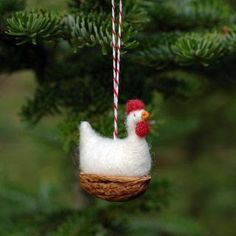 Mini animals in the walnut shell Christmas ornamentsMini Animals in Walnut Shells Christmas Decorations - Recycled Crafts Christmas Plush Toys MiniaturesWalnut boat ornaments Hand Painted Ornaments, Felt Ornaments, Christmas Tree Ornaments, Felt Christmas, Christmas Holidays, Felt Crafts, Holiday Crafts, Walnut Shell Crafts, Chicken Crafts